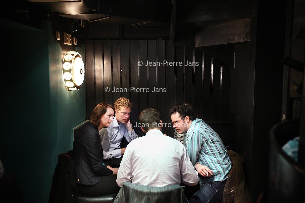 Nederland, Amsterdam , 26 april 2010..Maandagavond publiek in Stand up comedy theater cafe Boom Chicago op het Leidsche Plein tijdens de z.g. Pub quiz avond..Rechts op de foto met gestreppte shirt de voormalige wereldkampieon Pub Quiz...Foto:Jean-Pierre Jans