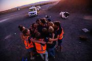 Teamleden zoeken steun bij elkaar na de avondrun op de zevende en laatste racedag. Het Human Power Team Delft en Amsterdam, dat bestaat uit studenten van de TU Delft en de VU Amsterdam, is in Amerika om tijdens de World Human Powered Speed Challenge in Nevada een poging te doen het wereldrecord snelfietsen voor vrouwen te verbreken met de VeloX 9, een gestroomlijnde ligfiets. Dat staat sinds 13 september 2019 op naam van Ilona Peltier met 126,52 km/u. De Canadees Todd Reichert is de snelste man met 144,17 km/h sinds 2016.<br /> <br /> With the VeloX 9, a special recumbent bike, the Human Power Team Delft and Amsterdam, consisting of students of the TU Delft and the VU Amsterdam, wants to set a new woman's world record cycling in September at the World Human Powered Speed Challenge in Nevada. The current record is 126,52 km/h by Ilona Peltier.  The fastest man is Todd Reichert with 144,17 km/h.
