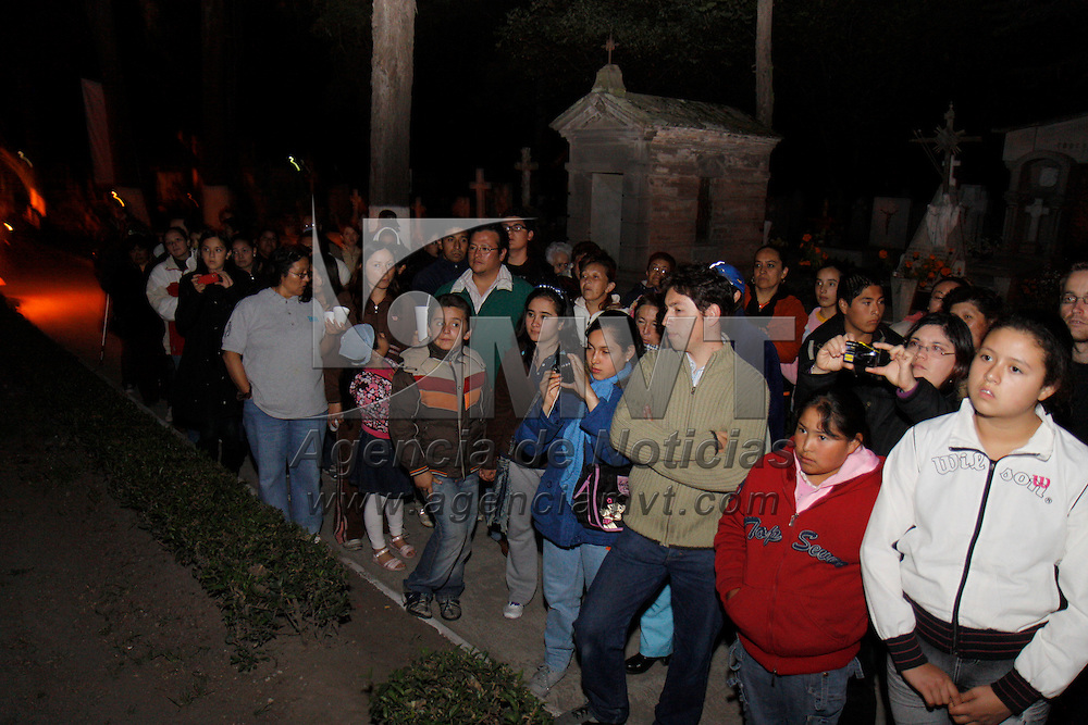 TOLUCA, México.- Cientos de personas realizan la visita guiada en el Panteón General de Toluca en vísperas del Día de Muertos, alumbrando el camino con antorchas se visita las tumbas más antiguas y representativas del lugar. Agencia MVT / Crisanta Espinosa. (DIGITAL)