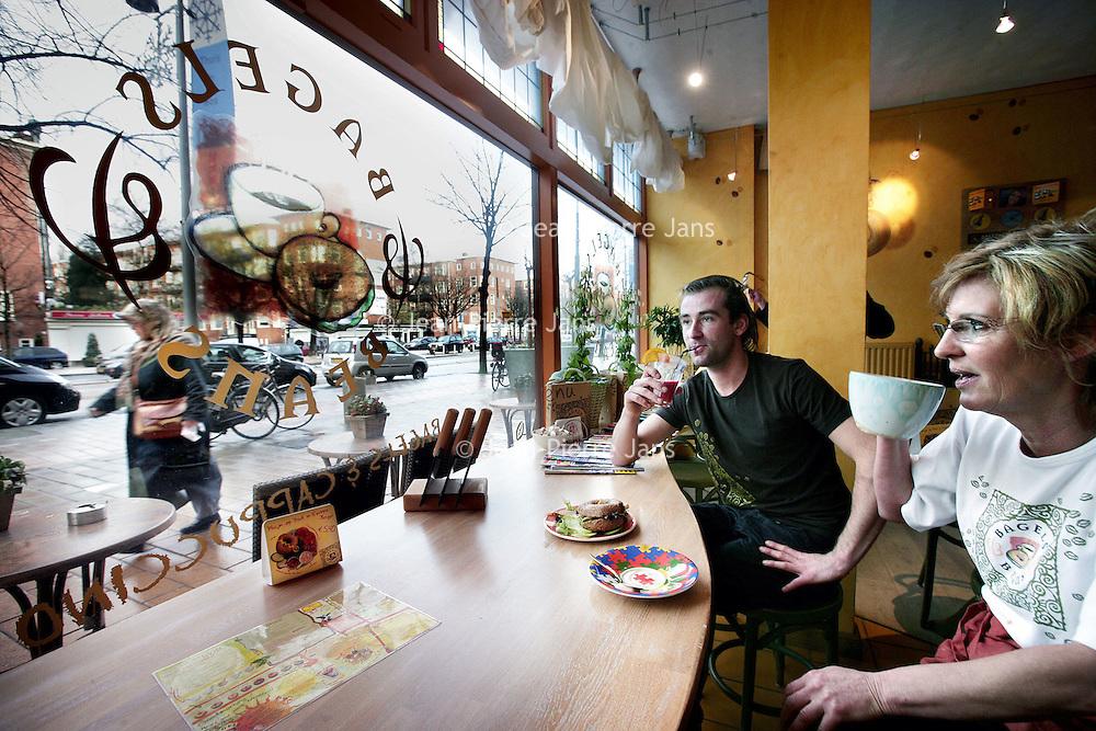 Nederland, Amsterdam , 27 november 2009...Wibbegje en Terry werkzaam in een filiaal van Bagels &Beans aan de Bos en Lommerweg. De afgelopen maanden is er.in de zaak 7 keer ingebroken...Foto:Jean-Pierre Jans