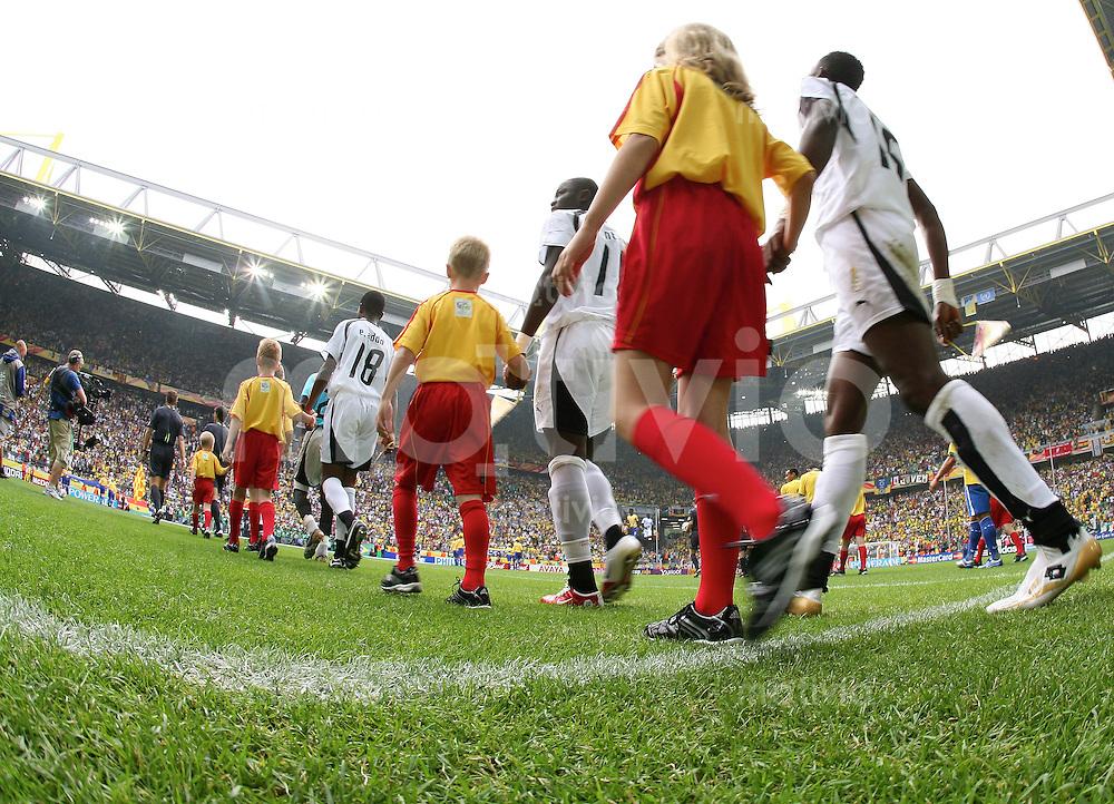 Fussball WM 2006  Achtelfinale  Brasilien - Ghana Einlauf ins Stadion