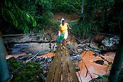 Iuna_ES, Brasil...Pinguela sobre o rio claro, na comunidade de Principe, que divide Minas Gerais e Espirito Santo...A footbridge over claro river, in the Principe community, between Minas Gerais and Espirito Santo...Foto: LEO DRUMOND / NITRO