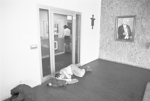 Nederland, Nijmegen, 10-9-1994Studenten hebben het bestuursgebouw van de RU, RUN, KUN, bezet uit protest tegen de wet op de studiefinanciering en hervormingen in het wetenschappelijk onderwijs door minister Deetman. Die kreeg te maken met grote demonstraties van studenten na de verhoging van de collegegelden en het verkorten van de studieduur. Ook het bestuursgebouw en het erasmusgebouw van de KUN, RU, katholieke universiteit, radboud, werden regelmatig bezet.Foto: Flip Franssen