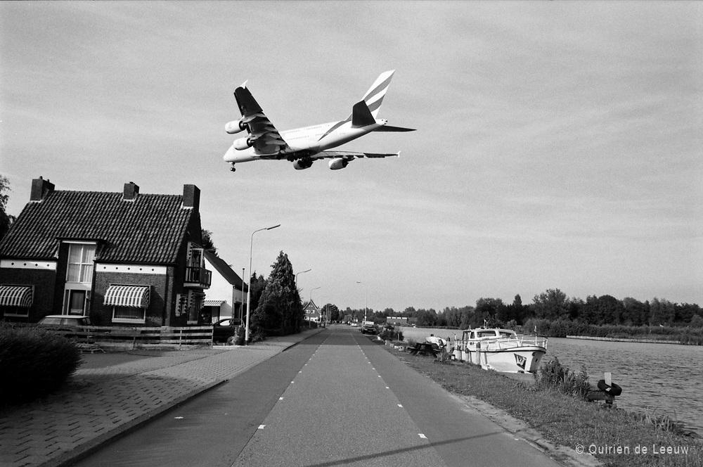 Een Airbus A380 vliegt over het dorpje Oude Meer bij Schiphol Airport