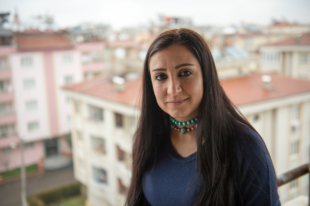 Zoya Bostan, journalist at Radio Smart in Gaziantep, Turkey. She had to leave the state television and take refuge in Turkey. Smart Radio is the only opposition radio that broadcasts on FM in the majority of Syrian territory.<br /> Zoya Bostan, présentatrice de Radio Smart, basée à Gaziantep en Turquie. Elle a dû quitter la télévision d'Etat et se refugier en Turquie. Radio Smart est la seule radio d'opposition qui diffuse en FM sur la majorité du territoire syrien