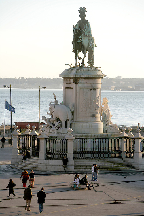 The Empire square is just by the Tagus river and is a vast space sorrounded by ministeries. It was build after the big earthquake in 1752