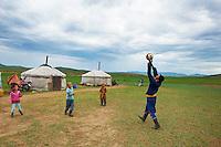 Mongolie, Province de Ovorkhangai, Vallee de l'Orkhon, campement nomade, partie de volley ball // Mongolia, Ovorkhangai province, Okhon valley, Nomad camp, volley ball party