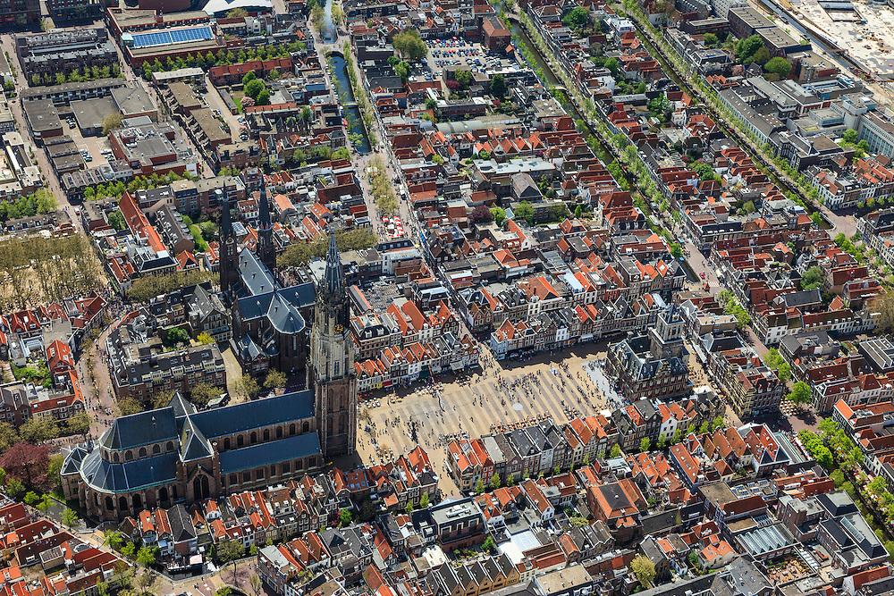 Nederland, Zuid-Holland, Delft, 09-05-2013; <br /> Historisch centrum van Delft zicht op de Markt met terrassen, de Nieuwe Kerk (l)  haaks erop de Maria van Jessekerk, en het stadhuis (r ),  gracht rechts is de Oude Delft, daarnaast de Koornmarkt, midden in beeld is de Brabantse Turfmarkt.  .<br /> Historic center of Delft with terraces overlooking the Market, the New Church (l) and Town Hall (r ).<br /> luchtfoto (toeslag op standard tarieven)<br /> aerial photo (additional fee required)<br /> copyright foto/photo Siebe Swart