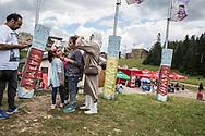 Juillet 2016. Bosnie-Herzégovine. Bosnie-Herzégovine : Nouvel Eldorado pour les touristes des Etats du Golfe ?. Station de ski de station de ski de Bjelasnica qui a servi pour le sjeux olympiques de 1984. Elle sert l'été à accueillir des touristes qui font un tour de téléphérique comme un manège.