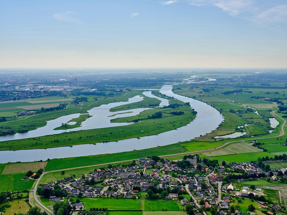 Nederland, Overijssel, Zal, 21–06-2020; Zalk in de voorgrond, zicht op rivier de IJssel en de Vreugderijkerwoud, richting Westenholte. In het kader van het programma Ruimte voor de rivier is de dijk landinwaarts verlegd en zijn er hoogwatergeulen gegraven. Door de dijkverlegging worden de uiterwaarden breder en krijgt de rivier meer ruimte.<br /> River IJssel north of Zwolle. The river dike has been shifted (landward) with newly excavated channels. Moving the dike has broadened the floodplains, creating more space for the river.<br /> <br /> luchtfoto (toeslag op standaard tarieven);<br /> aerial photo (additional fee required)<br /> copyright © 2020 foto/photo Siebe Swart