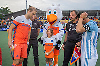 UTRECHT -  Fan of the Match, Guus, met Stockey.  en de scheidsrechters Francisco Vazquez (Esp) en Ben Goentgen (Ger)   FIH Pro League, Nederland-Argentinie (2-2) Arg wint shoot outs. COPYRIGHT KOEN SUYK