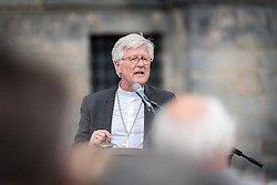 23 August 2018, Amsterdam, Netherlands: Holding the Flame of Peace, Heinrich Bedford-Strohm, president of the Council of the Evangelical Church in Germany (EKD), speaks at the end of the Walk of Peace. A ìWalk of Peaceî on 23 August in Amsterdam gathers hundreds of young people and religious leaders who, as they stroll together, celebrating the ecumenical movement and challenging each other to accomplish even more. The walk offers moments of reflection and prayer at several houses and buildings - including a synagogue, the Santí Egidio Community, the Armenian Church, and many others - all of which carried stories of blessings, wounds and transformation.