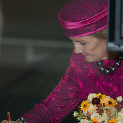 NLD/Amsterdam/20150923- Prinses Beatrix en Koningin Sonja van Noorwegen openen Munch-expo van de Noorse kunstenaar Evard Munchin in het van Gogh Museum, Koningin Sonja tekent het gastenboek