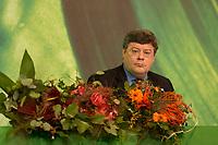 30 NOV 2003, DRESDEN/GERMANY:<br /> Reinhard Buetikofer, B90/Gruene bundesvorsitzender, mit Blumen, die fuer Wahlgewinner bereitliegen, 22. Ordentliche Bundesdelegiertenkonferenz Buendnis 90 / Die Gruenen, Messe Dresden<br /> IMAGE: 20031130-01-011<br /> KEYWORDS: Bündnis 90 / Die Grünen, BDK, Reinhard Bütikofer, flowers<br /> Parteitag, party congress, Bundesparteitag
