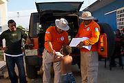 "Migratory agents of ""Grupo Beta"" bring food in the migrants shelter ""La 72"". (Photo: Prometeo Lucero)"