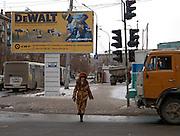 Strassenszene im Zentrum der sibirischen Hauptstadt Nowosibirsk. <br /> <br /> Street scene in the center of the Sibirian capital Novosibirsk. Billboard of the DeWalt company.