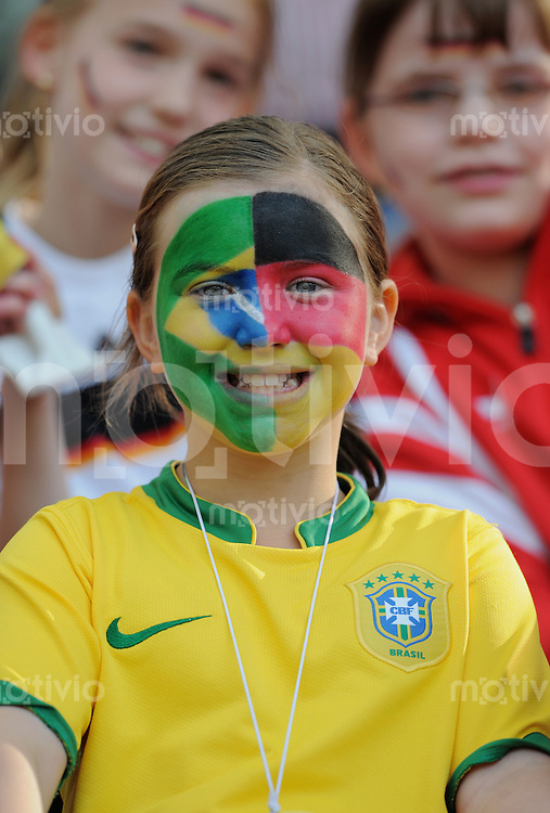 Fussball International  Frauen   22.04.2009 Deutschland - Brasilien  Maedchen mit bemaltem Gesicht, halb GER Flagge  und Halb mit BRA Flagge