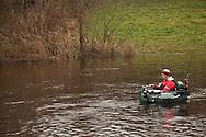Sportvissen met een 'belly boat' (belly boot) in het Dokkumer Grootdiep bij Dokkumer Nieuwe Zijlen met kunstaas op snoekbaars en snoek.