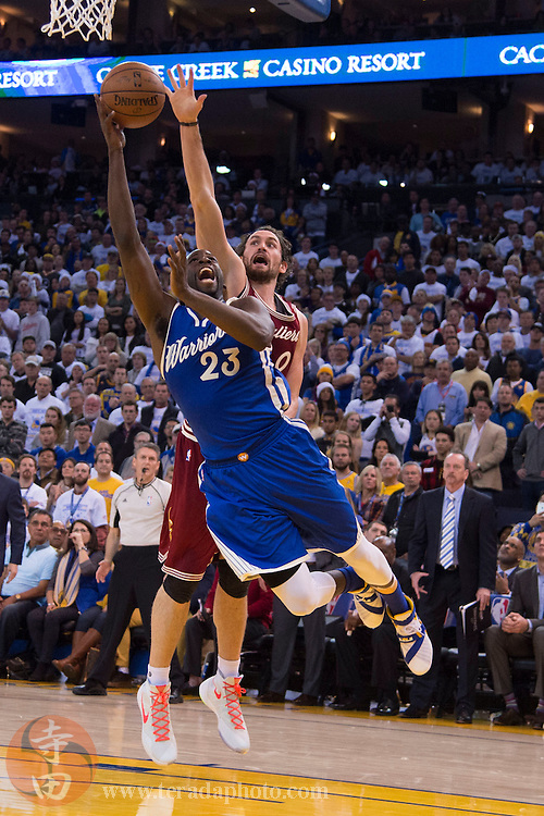 December 25, 2015; Oakland, CA, USA; Golden State Warriors forward Draymond Green (23) shoots the basketball against Cleveland Cavaliers forward Kevin Love (0) in the fourth quarter of a NBA basketball game on Christmas at Oracle Arena. The Warriors defeated the Cavaliers 89-83.