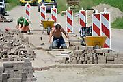 Nederland, Varik, 6-6-2018Sratenmakers zijn bezig stenen te leggen op een nieuw weggetje .Foto: Flip Franssen