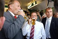 13 AUG 2003, BERLIN/GERMANY:<br /> Juergen Trittin (L), B90/Gruene, Bundesumweltminister, und Gerhard Schroeder (R), SPD, Bundeskanzler, trinken ein Bier, waehrend dem Besuch der Stadt Grimma, ein Jahr nach der Hochwasserkatastrophe<br /> IMAGE: 20030813-03-006<br /> KEYWORDS: Gerhard Schröder, Jürgen Trittin, Alkohol, trinkt, trinken,