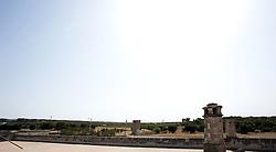 Statte-Massafra (TA) .La Masseria Accetta Grande pone le sue origini nel 400 e segna continuamente il passo sino alla fine del 1700 quando fu costruita la casa padronale. La masseria è realizzata in tufo ed è caratterizzata da ampi e sobri locali voltati..Accetta Grande, la più grande masseria dell'intera provincia tarantina, è storicamente luogo di lavoro e di residenza. Cintata da mura per lo più chiuse verso l'esterno, Accetta Grande si affaccia sulle quattro corti dove si svolgevano le attività di deposito, lavoro e ricovero degli animali..Nei circa 9.550 mq di locali appartenenti alla masseria, si possono contare ben 6 frantoi antichissimi...Fonte www.turismoecultura.it