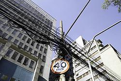 August 29, 2017 - Após anos de impasse entre a Prefeitura de São Paulo a Eletropaulo, Telecom e a TelComp, a gestão do prefeito João Doria (PSDB) anúnciou nesta terça-feira (29) o programa Cidade Linda-Redes Aéreas, um acordo no qual a concessionária de energia elétrica e as empresas de telecomunicação ficarão encarregadas de enterrar 52 quilômetros de fios de transmissão que cruzam o céu da cidade e remover 2.019 postes das calçadas da capital paulista em princípio por três etapas. Na foto fios e poste na Alameda Santos, região central de São Paulo  (Credit Image: © FáBio Vieira/Fotoarena via ZUMA Press)