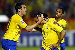 Luiz Fabiano comemora com Kaká (e) e Robinho (d) seu gol na partida entre as seleções do Brasil e Peru em partida válida pelas eliminatórias da Copa do Mundo de 2010. FOTO: Jefferson Bernardes / Preview.com