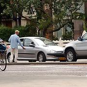 Jack Spijkerman heeft auto problemen voor zijn huis Amsterdam, startkabels
