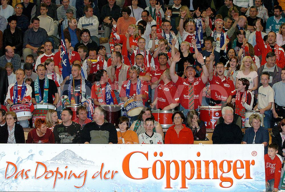Handball Herren, 1.Bundesliga 2003/2004 Goeppingen (Germany), FrischAuf! Goeppingen - Stralsunder HV (36:26) Fans von Stralsund feuern ihre Mannschaft an