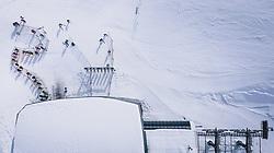 THEMENBILD - Wintersportler stehen in einer Warteschlange vor einer Liftstation am Skigebiet Kitzsteinhorn, aufgenommen am 21. Oktober 2020 in Kaprun, Österreich // Winter sports enthusiasts stand in a queue in front of a lift station at the Kitzsteinhorn ski resort, Kaprun, Austria on 2020/10/21. EXPA Pictures © 2020, PhotoCredit: EXPA/ JFK