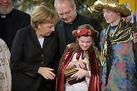 04 JUN 2008, BERLIN/GERMANY:<br /> Angela Merkel, CDU, Bundeskanzlerin, schaut einem der Heiligen drei Koenige in die Goldtruhe, waehrend dem Empfang der Sternsinger im Bundeskanzleramt<br /> IMAGE: 20080104-01-012<br /> KEYWORDS: Heilige drei Koenige, Heilige drei Könige, Kanzleramt