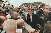 28 AUG 2000, UECKERMUENDE/GERMANY:<br /> Gerhard Schröder, Bundeskanzler, diskutiert mit Arbeitnehmern, die ihn am Hafen von Ueckermünde mit Transparenten erwartet haben, Sommerreise des Kanzlers durch die Ostdeutschen Bundesländer<br /> IMAGE: 20000828-01/02-22<br /> KEYWORDS: Gerhard Schroeder, Ueckermünde