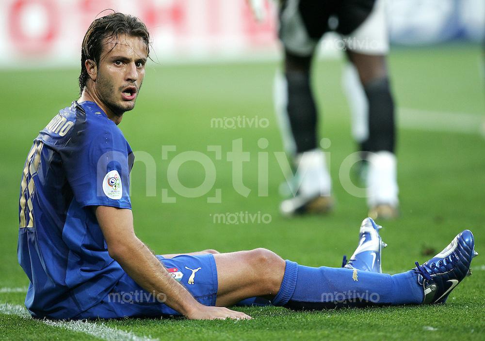 Fussball WM 2006l Gruppenspiel Gruppe E Vorrunde in Hannover. Italien - Ghana, Italy - Ghana Alberto Gilardino (ITA) sitzt am Boden.