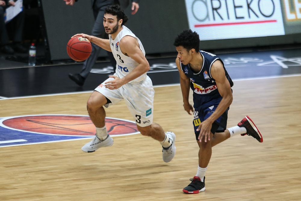 Basketball: Deutschland, 1. Bundesliga, Hamburg Towers - HAKRO Merlins Crailsheim, Hamburg, 10.01.2021<br /> Max DiLeo (Towers, l.)<br /> © Torsten Helmke