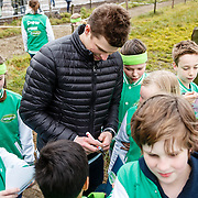 NLD/Soest/20160321 - Sven Kramer start het boerenseizoen 2016, Sven deelt handtekeningen uit aan kinderen