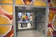 Nederland, Nijmegen, 20-2-2016Open dag middelbare school. Montesori college.De open dagen van het middelbaar onderwijs. Hier zijn leerlingen kinderen uit groep acht van de basisschool en hun ouders aan het kijken in een middelbare school.Foto: Flip Franssen/Hollandse Hoogte