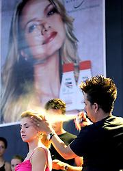 Demonstração de produtos para o público no primeiro dia da HAIR BRASIL - 5 Feira Internacional de Beleza, Cabelos e Estética que acontece de 1 a 4 de abril, no Expo Center Norte, em Sao Paulo. FOTO: Jefferson Bernardes/Preview.com