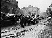 Dublin Snow Scenes.  (R48)..1897..14.01.1987..01.14.1987..14th January 1987..Following unprecedented overnight snow Dublin City almost came to a standstill.There was severe traffic disruption and many events scheduled for city centre venues were cancelled...Image shows that even a horse and cart carrying winter fuel found it difficult to progress through the snow covered streets.