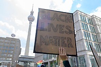 "06 JUN 2020, BERLIN/GERMANY:<br /> ""No Justice No Peace"", ""Silent Demo"" anl. des gewaltsamen Todes des US-Afroamerikaners George Floyd durch Polizeigewalt in Minneapolis, Alexanderplatz<br /> IMAGE: 20200606-01-004<br /> KEYWORDS: Demonstration, demonstrator, Protest, Black Lives Matter, #blacklivesmatter, Fernsehturm"
