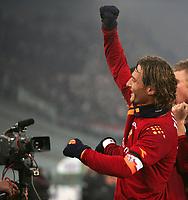 Fotball<br /> Serie A Italia<br /> Foto: Graffiti/Digitalsport<br /> NORWAY ONLY<br /> <br /> Roma 15/1/2006 <br /> Roma v Milan 1-0<br /> <br /> Francesco Totti celebrates in front of a tv camera after Mancini goal