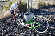 Andrea Gallo werkt aan zijn trainingsfiets in Battle Mountain. In Battle Mountain (Nevada) wordt ieder jaar de World Human Powered Speed Challenge gehouden. Tijdens deze wedstrijd wordt geprobeerd zo hard mogelijk te fietsen op pure menskracht. De deelnemers bestaan zowel uit teams van universiteiten als uit hobbyisten. Met de gestroomlijnde fietsen willen ze laten zien wat mogelijk is met menskracht.<br /> <br /> In Battle Mountain (Nevada) each year the World Human Powered Speed Challenge is held. During this race they try to ride on pure manpower as hard as possible.The participants consist of both teams from universities and from hobbyists. With the sleek bikes they want to show what is possible with human power.