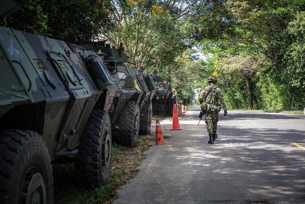 Florencia, Caquetá, Colombia - 20.09.2016        <br /> <br /> Colombian military checkpoint on the road between Florencia and San Vicente del Caguán. The road is one of two of the main route to the current 10th FARC-EP guerilla conference. In 2002, the FARC kidnapped Colombian presidential candidate Ingrid Betancourt on this road.<br /> <br /> Kolumbianischer Militaer-Checkpoint auf der Straße zwischen Florence und San Vicente del Caguán. Die Strasse ist eine von zwei Hauptanreiserouten zur derzeit laufenden zehnten FARC-EP Guerilla Konferenz. Im Jahr 2002 entfuehrte die FARC auf dieser Wegstrecke die kolumbianische Präsidentschaftskandidatin Íngrid Betancourt.<br /> <br /> Photo: Bjoern Kietzmann