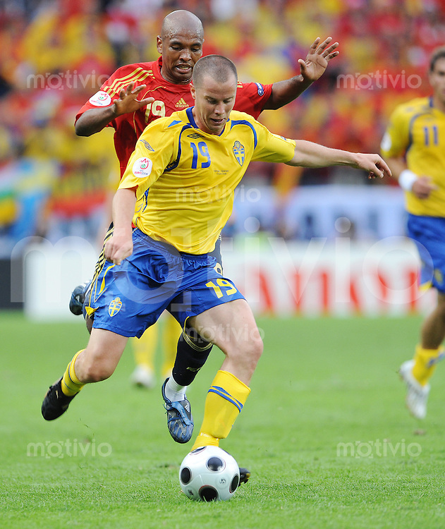 FUSSBALL EUROPAMEISTERSCHAFT 2008  Schweden - Spanien    14.06.2008 Daniel Andersson (SWE, vorne) gegen Marcos Senna (ESP, hinten).