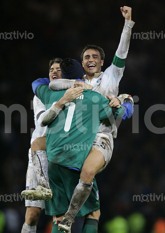 Fussball   International   EM Qualifikation   Schottland 1-2 Italien JUBEL ITA ; Umarmung; Andrea Barzagli, Torwart Gianluigi Buffon und Fabio Cannavaro (v.li.)