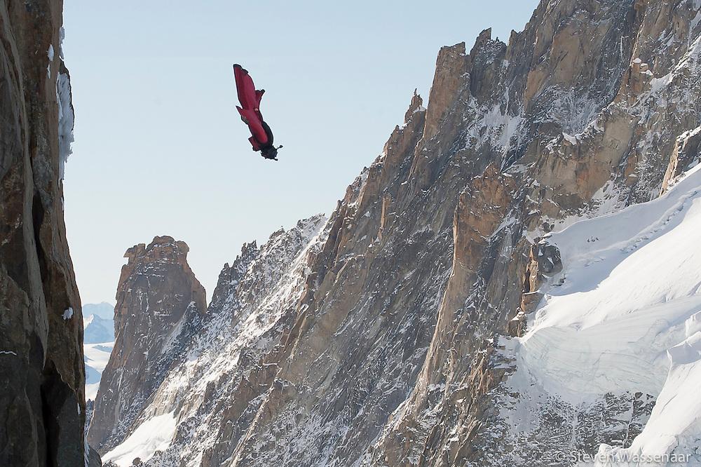 BASE JUMBER  ET WINGSUITER  CEDRIC DUMONT  SAUT DE L AIGUILLE DU MIDI (3800 M)