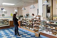 Home Bakery i Astoria, Oregon. Bageriet startades 1910 av tre finska emigranter Elmer Wallo, Charlie Jarvanin och Arthur A. Tilander. I dag drivs bageriet av Arthur A. Tilanders barnbarn James Tilander.<br /> <br /> Foto: Christina Sjögren