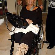 NLD/Bussum/20051019 - CD presentatie Thomas Berge en Koos Alberts, Hannie Veerkamp in rolstoel met gebroken knieschijf