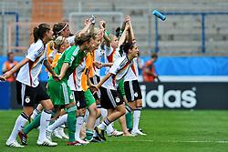 13.07.2010, Ruhrstadion, Bochum, GER, FIFA U-20 Frauen Worldcup, Deutschland vs Costa Rica, im Bild die Mannschaft bedankt sich bei den Fans fuer die Unterst¸tzung, EXPA Pictures © 2010, PhotoCredit: EXPA/ nph/  Roth / SPORTIDA PHOTO AGENCY