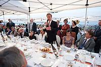 20 AUG 2010, BERLIN/GERMANY:<br /> Christian Wulff (Mi-R), Bundespaesident, spricht ein paar Begruessungsworte, links seine Gattin Bettina Wulff, Tafel der Demokratie, Pariser Platz<br /> IMAGE: 20100820-02-026<br /> KEYWORDS: Rede, speech, Bürger, Buerger